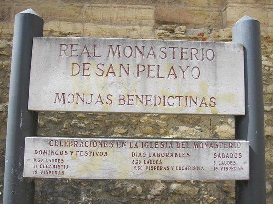 Monasterio de San Pelayo: Letrero en el exterior.