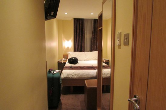 Comfort Inn Hyde Park: room size for 2 single women size 18 to 22 UK size