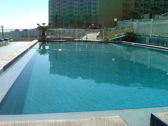 Shoreline All Suites Inn & Cabana Colony Cottages: Very large pool and pool deck area