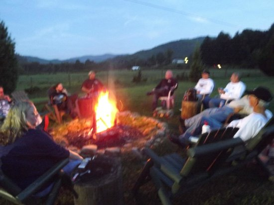 Dragon's Rest Cabins : Bon Fire with the Moonshiners