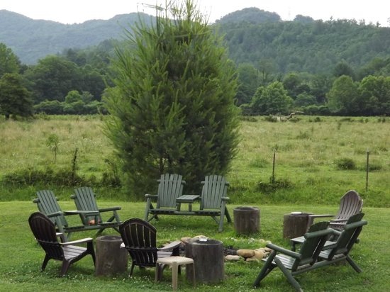 Dragon's Rest Cabins : Cabin Fire pit and seating