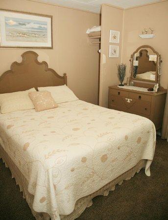 Ocean Spray Beach Resort: Cottage 7 master bedroom