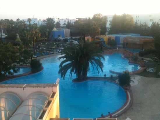 Caribbean World Hammamet Garden : Vue sur piscine   Avec un morceau dé toit !!!!!