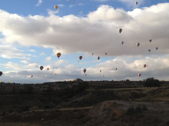 DoubleTree by Hilton Avanos - Cappadocia: Hot air balloons from dining room
