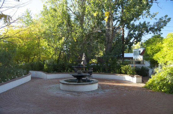 Casa Blanca Inn & Suites: The courtyard fountain.