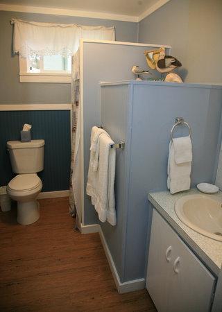 Ocean Spray Beach Resort: Unit 9 bathroom