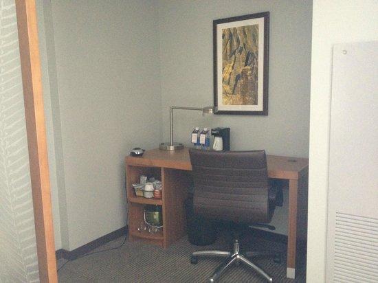 Hyatt Place Waikiki Beach: desk/work area with coffee-maker