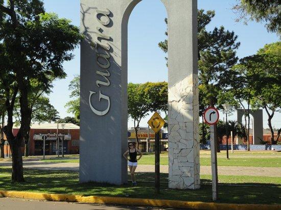 Guaira, PR: Praça de Guaíra em meio a BR 163