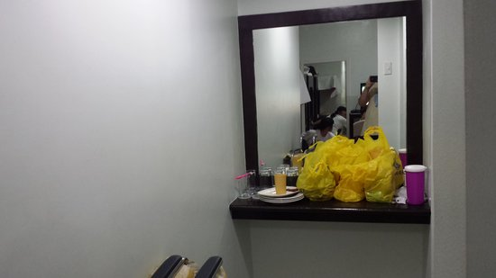 Aicila Suites: the mirror with the glass near the 2 bathrooms