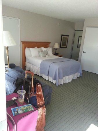 BEST WESTERN PLUS Encina Inn & Suites: Looking into room