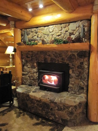 Log Spirit Bed and Breakfast : Great Room fireplace