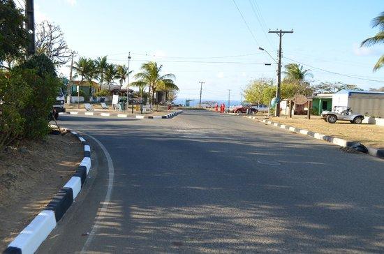 Pousada Mabuya: Rua da frente da pousada em direção ao porto