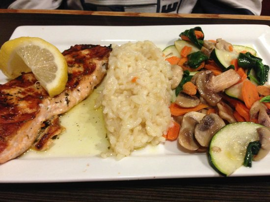 Gianna Via's Restaurant & Bar : Grilled Salmon with Mixed Vegetables