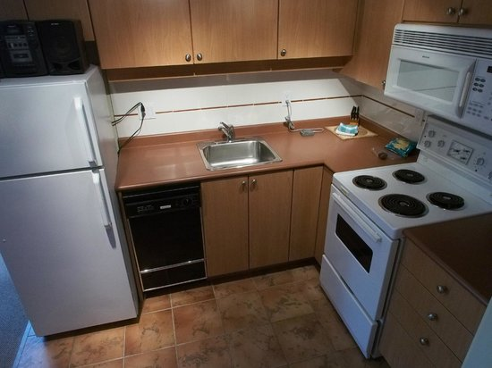 910 Beach Avenue Apartment Hotel: Kitchen