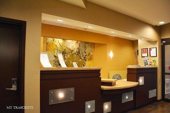 Comfort Suites: Front desk