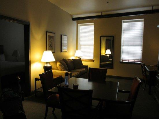 Cork Factory Hotel: king suite living room