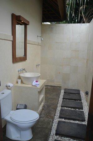 Kelapa Luxury Villas: Zusätzliches Badezimmer am Pool