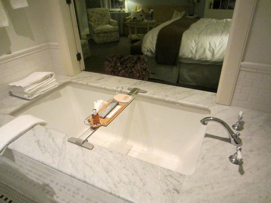 The Ocean House: Best. Tub. Ever.