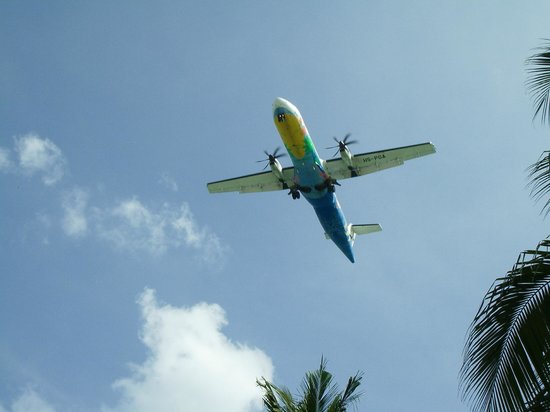 Chaweng Garden Beach Resort: Flightpath from my pool chair