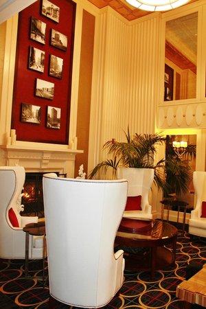 Hotel Monaco Chicago - a Kimpton Hotel: Lobby sitting area
