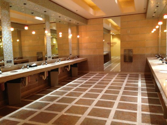 Pechanga Resort and Casino: Women Restroom in main casino