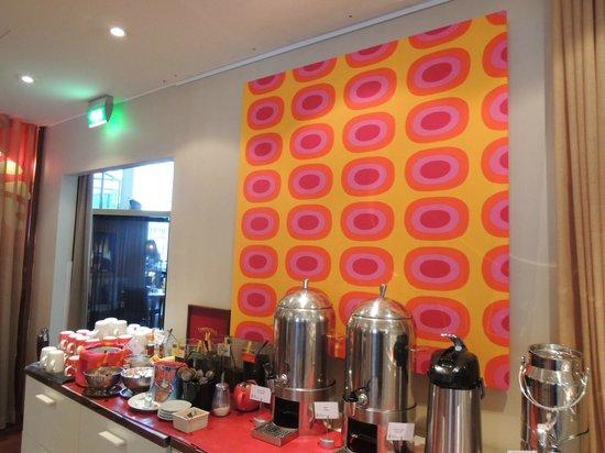 Radisson Blu Royal Hotel, Helsinki: 朝食会場にmarimekkoのメローニが。朝から明るい気分になれそうです。