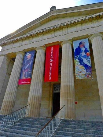 Cincinnati Art Museum: at the main entrance