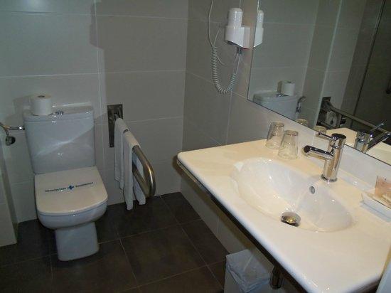 Hotel Sant Antoni: Baño muy amplio, muy buena ducha