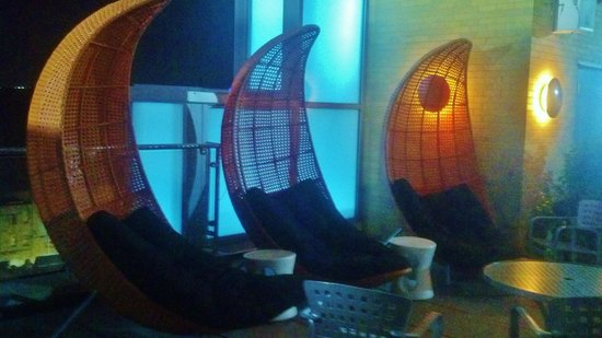 Moonrise Hotel: Cool moon loungers on the roof top