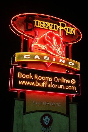 Buffalo Run Casino & Resort: Great sign at night.