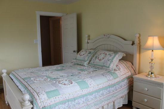 Lucky Stone Beach House B&B: The Yellow Room
