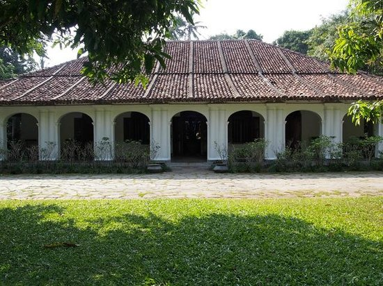 The Kandy House : View of hotel from the circular gravel driveway