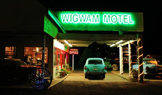 Wigwam Motel: Night time neon