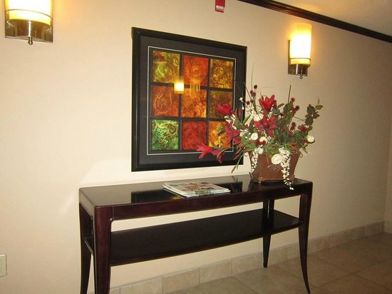 Holiday Inn Pensacola-N Davis Hwy: hallway table