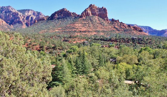 L'Auberge de Sedona: View of the grounds from town