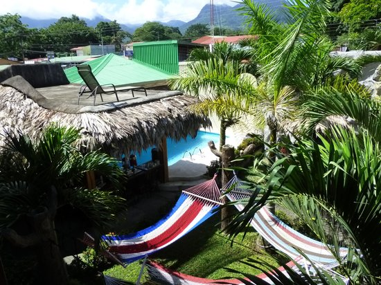 Arenal Hostel Resort : The gardens, bar and pool