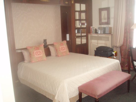 Hotel Napoleon Paris : cama king size muito confortável.
