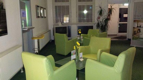ACHAT Comfort Köln/Monheim: Die Hotel Lobby sehr gemütlich mit Tv und Internet und Pc.  Super !