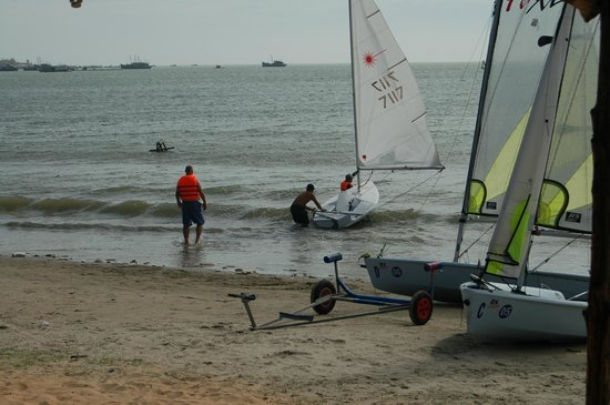 MANTA Sail Training Centre : Taking off from the beach.
