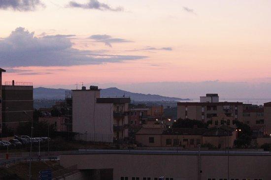 B&B Tra Storia&Mare: L'alba vista dal bacone della camera.