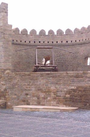 Baku, Azerbaijan: Катапульта на крепостной стене
