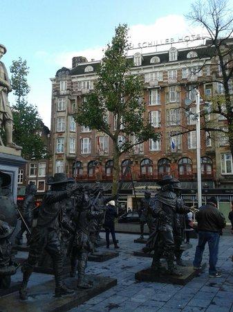 NH Amsterdam Schiller: Вид на отель с площади