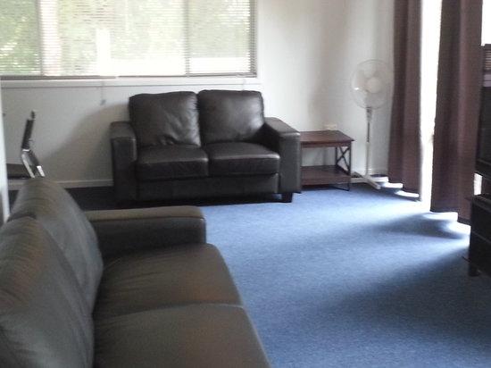Coffs Coast Motor Inn & Villas: Villa Lounge Room