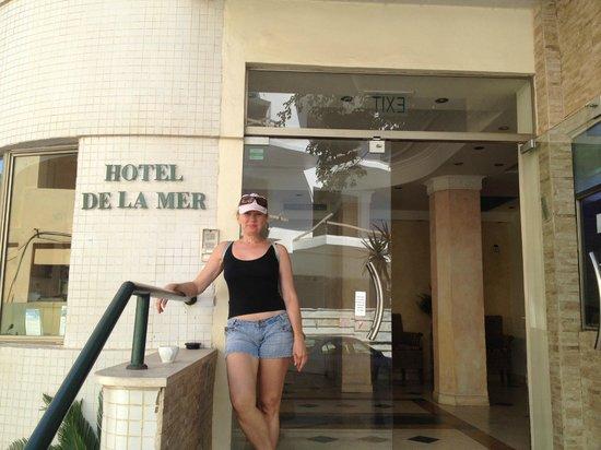 Hotel De La Mer: Вид на вход в отель