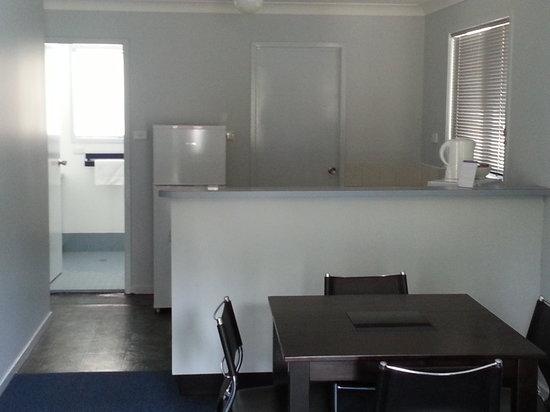 Coffs Coast Motor Inn & Villas: Villa Kitchen/Dining