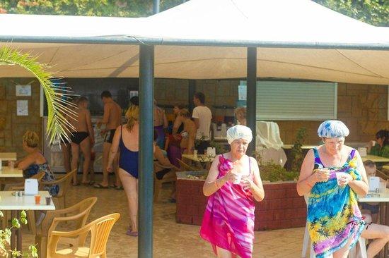 Asrin Beach Hotel: Бар на пляже