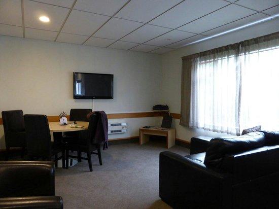 Amross Court Motor Lodge: 2 bedroom lounge