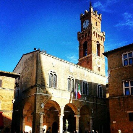 Piazza Pio II : Il palazzo comunale