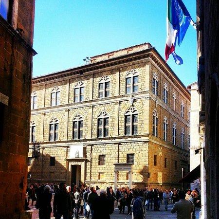 Piazza Pio II : Palazzo Piccolomini