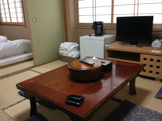 Ryokan Kamogawa : TV y Mesa